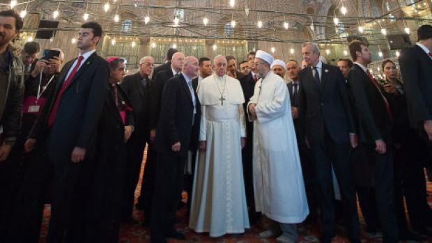 Le pape François visite la moquée Bleue à Istanbul
