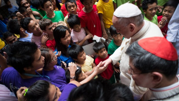16 janvier 2015 : Le pape François accompagné du card. Luis Antonio TAGLE, archevêque de Manille, visite l'un des centres de la fondation ANAK-Un pont pour les enfants, qui vient en aide aux enfants des rues. Manille,Philippines. DIFFUSION PRESSE UNIQUEMENT.  EDITORIAL USE ONLY. NOT FOR SALE FOR MARKETING OR ADVERTISING January 16, 2015: Pope Francis fand the Cardinal Luis Antonio TAGLE  during a visit at ANAK-Tnk foundation during his pastoral visit in Manila, Philippines.
