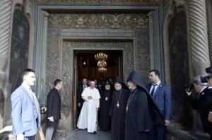24 juin 2016 : Voyage du pape François en Arménie. Le pape François accompagné de KAREKINE II (Garéguine II), patriarche suprême et Catholicos de tous les Arméniens, quittant la cathédrale d'Etchmiazdin. Etchmiazdin, Arménie. DIFFUSION PRESSE UNIQUEMENT.   EDITORIAL USE ONLY. NOT FOR SALE FOR MARKETING OR ADVERTISING CAMPAIGNS. June 24, 2016:  Pope Francis and Catholicos KAREKIN II are living the Apostolic Cathedral of Etkhmiadzin , Armenia.