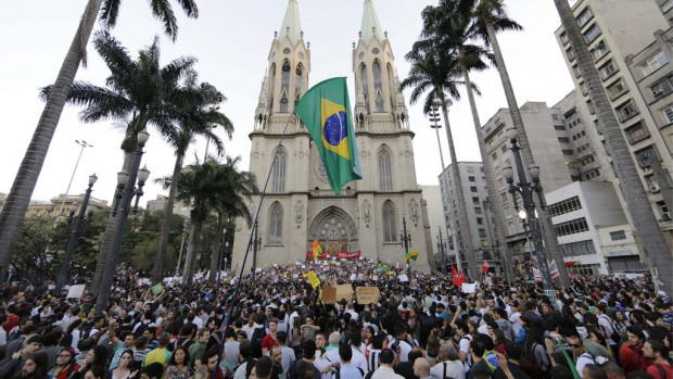 Manifestation devant la cathédrale de São Paulo - Brésil