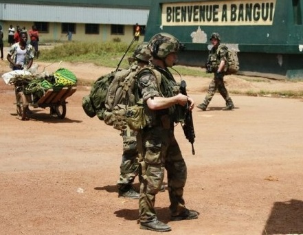 Soldats français patrouillant dans les rues de Bangui
