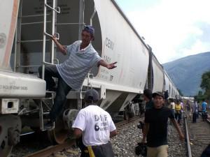 Migrants montant dans un train.