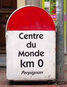 Vacances atypiques : borne Perpignan centre du monde
