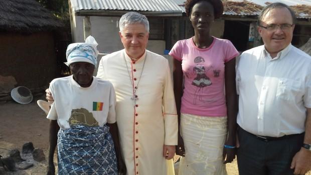 Mgr Aillet et labb Bartnetche avec des femmes du village2