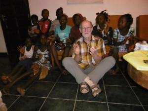 Vincent Sibout entouré enfants CVAV (Cœurs vaillants)