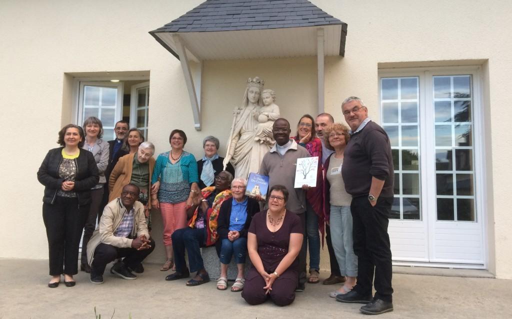 Témoignage d' Andrien Taha : Le père Adrien Taha entouré par l'équipe de la Pastorale des Migrants de la province de Rennes