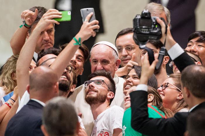 Synodes des évêques sur le jeunesse : Le pape acceillant un groupe de jeunes