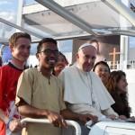 Le pape Françoois entouré de jeunes dans sa papamobile