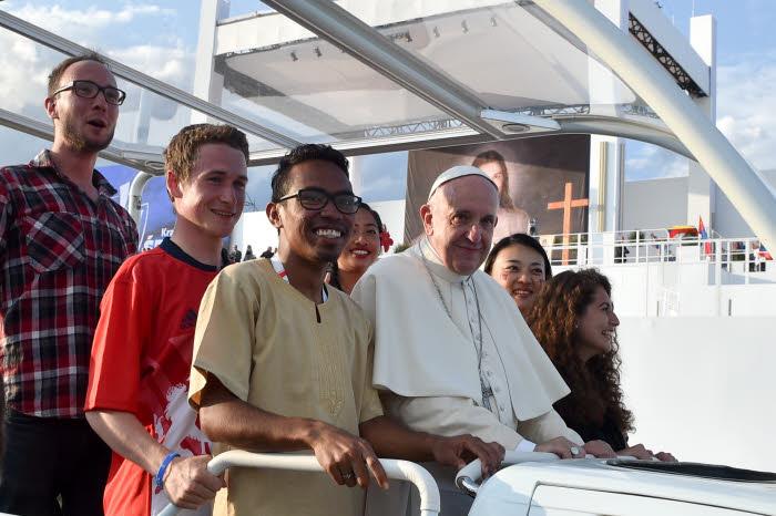 Synode Jeunes. Le pape Françoois entouré de jeunes dans sa papamobile