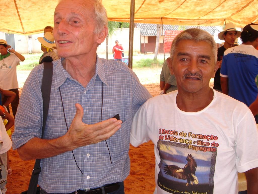 Amazonie : Henri Burin des Roziers avec un syndicaliste lors d'un rassemblement des Communautés ecclésiales de base, en 2007.