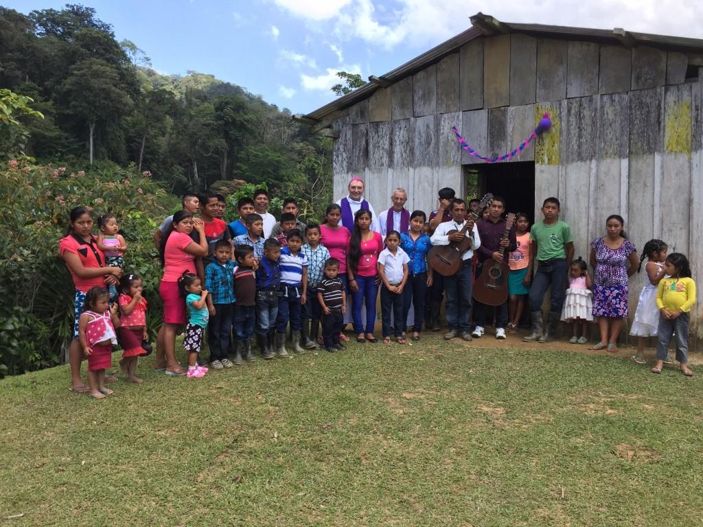 Guatemala. Mgr Dognin et le P. Jean-Pierre avec la communauté de San José de la Frontera.
