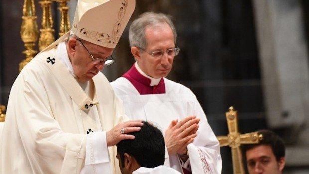Le Pape bénissant un prêtre nouvellement ordonné au Vatican le 22 avril 2018