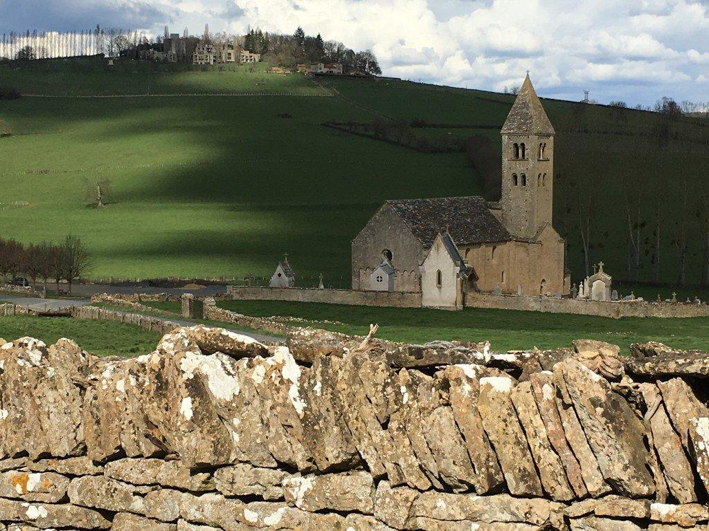 L'ensemble église et monastère vu du village de Mazille