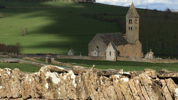 L ensemble église et monastère vu du village de Mazille