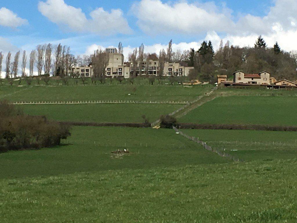 Le monastère sur la colline, la ferme en bas à droite