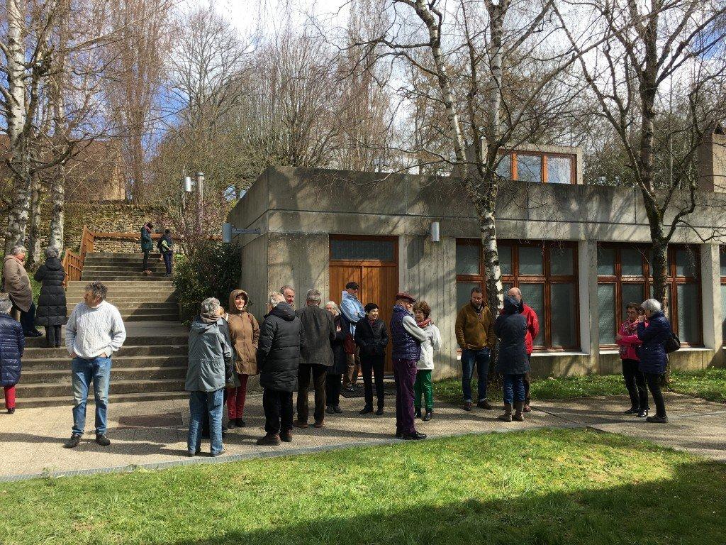 Les hôtes de l accueil attendent l ouverture des portes du refectoire