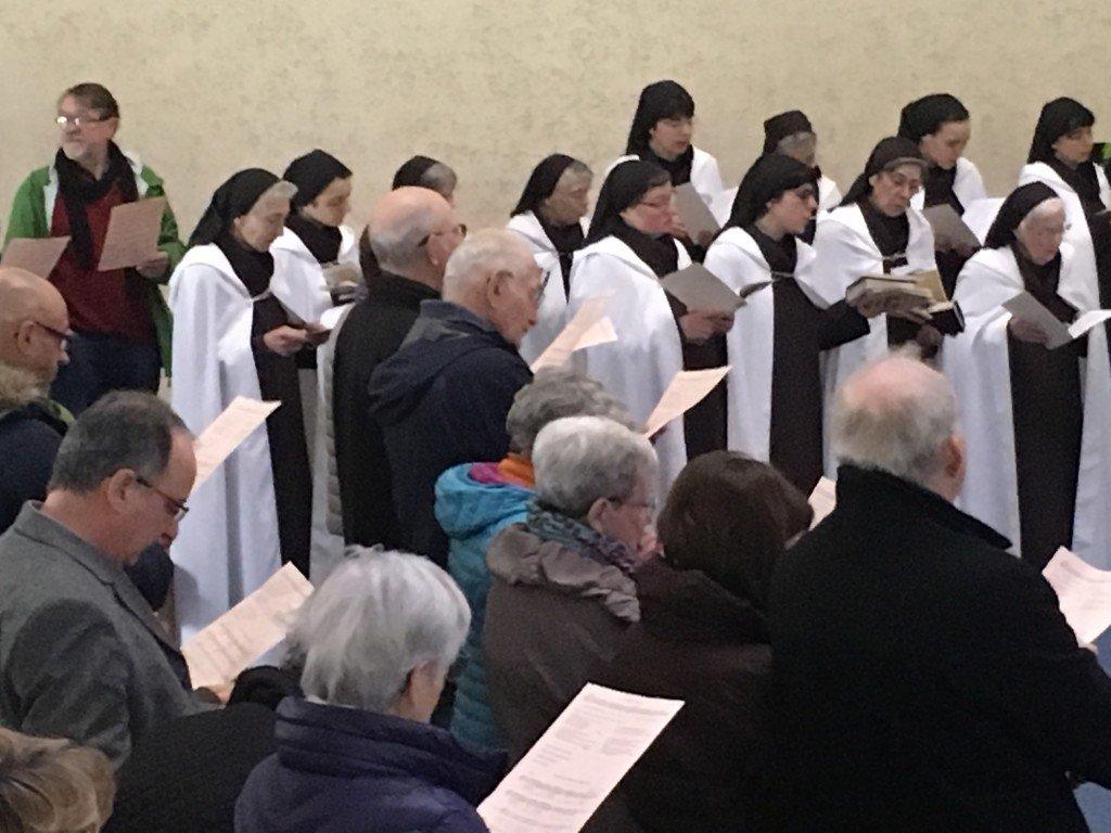 Moniales et baptisés laïcs ensemble