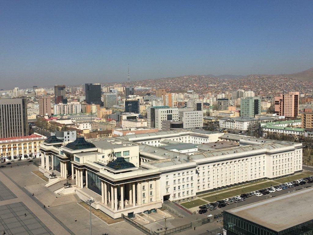 Mongolie. Place centrale, parlement, quartier moderne de tours, et au fond quartiers récents de ceux qui se sont installés dans la capitale