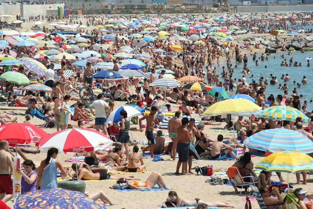 Vacances : Plage surpeuplée