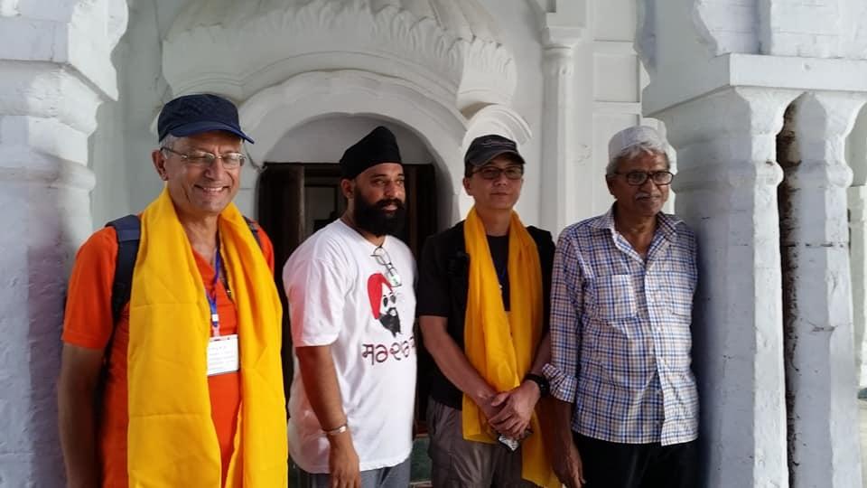 L'Eglise catholique au Pakistan. Henry Hamid (à droite de la photo et Antoine Sondag à gauche) visitant un sanctuaire sikh au Punjab pakistanais.