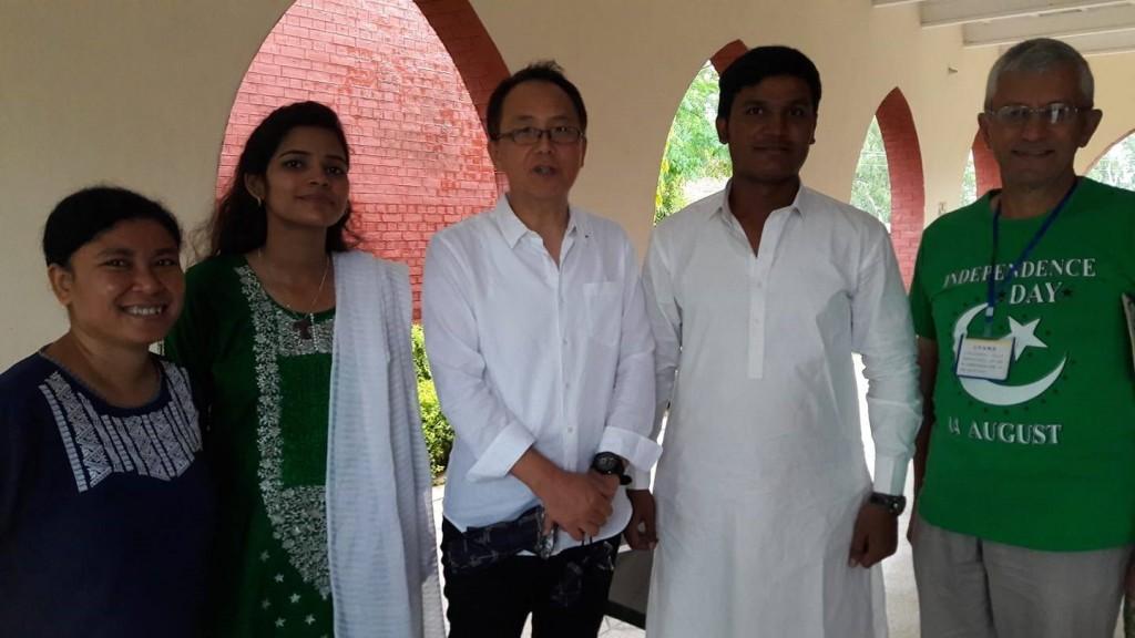 Pakistanaise étudiante catholique. Anila ( deuxième à partir de la gauche) et Antoine Sondag (à droite) à l'occasion de la fête nationale du Pakistan (14 août).