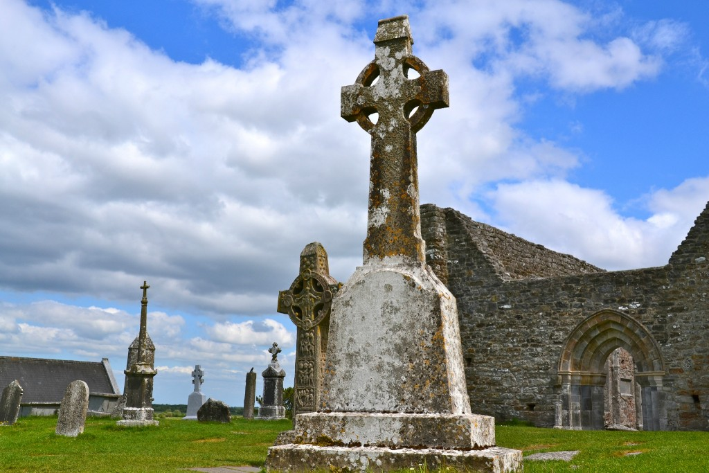 Eglise en Irlande avec la croix celtique