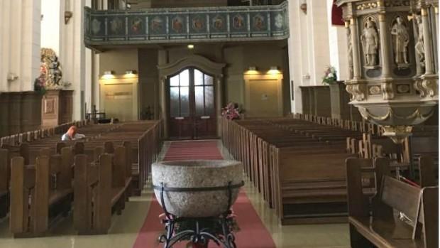 Intérieur de la cathédrale luthérienne de Riga. Le pape y sera reçu pour une célébration œcuménique. C'est aussi l'église la plus grande de la ville. Le baptistère est au centre de l'église comme le baptême est le centre fondateur de la vie chrétienne, pour toutes les dénominations…