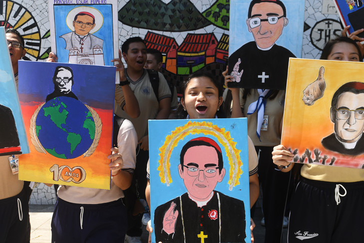 Oscar Romero, voix des sans-voix .  Joie à l'annonce de la canonisation de Mgr Romero au Salvador