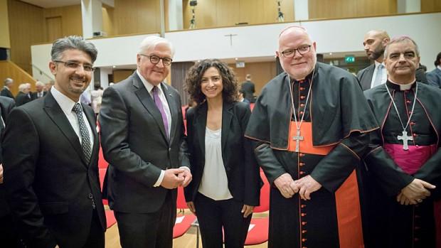 De gauche à droite : Timo Güzelmansur (CIBEDO), le Président de la République Frank-Walter Steinmeier, Handan Aksünger-Kizil, théologienne alévite de l'Université de Vienne (Autriche), le Cardinal  Reinhard Marx et le nonce Nikola Eterovic à l'occasion des 40 ans de CIBEDO à Berlin.