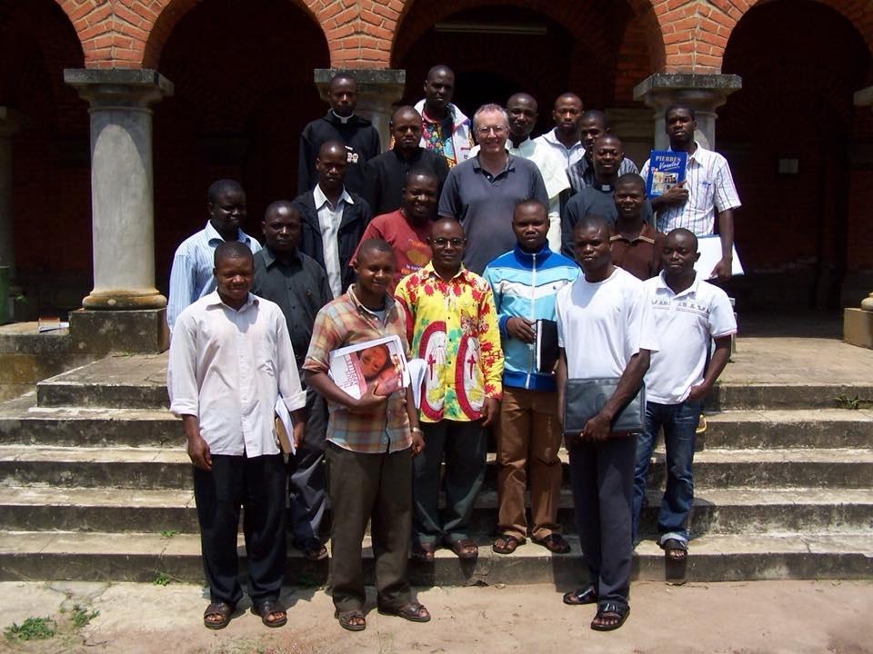 Questions autour des prêtres venus d'ailleurs. Emmanuel Pic entouré de séminaristes africains