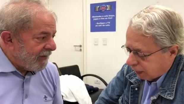 Frei Betto en visite à Lula dans sa prison de Curitiba.