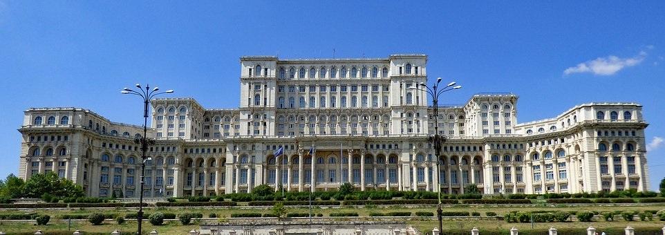 """La Roumanie avant la visite du pape. Le """"Palais de Ceaucescu"""" qui abrite la Chambre des députés et le Sénat de Roumanie, à Bucarest."""