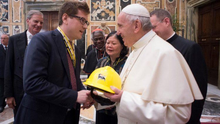 Pacte mondial pour changer le modèle économique. Le pape lors d'une rencontre avec des entrepreneurs au Vatican.