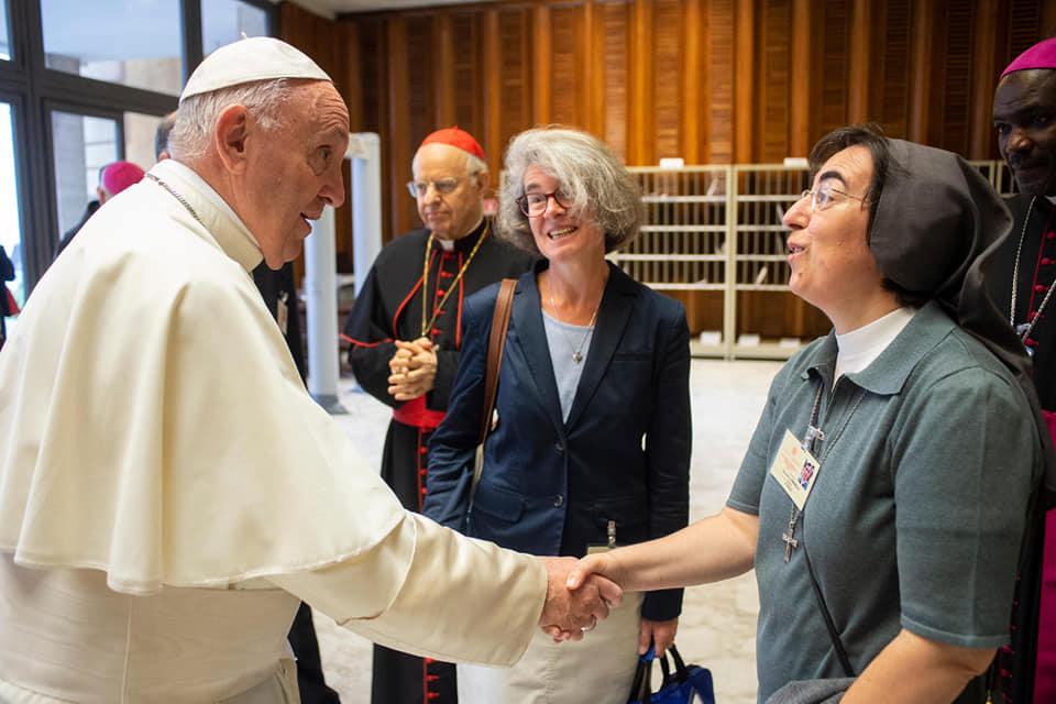 Le rôle des femmes pour « réparer l'Église ». Nathalie Becquart, au milieu, détente avec le pape et une consoeur italienne !