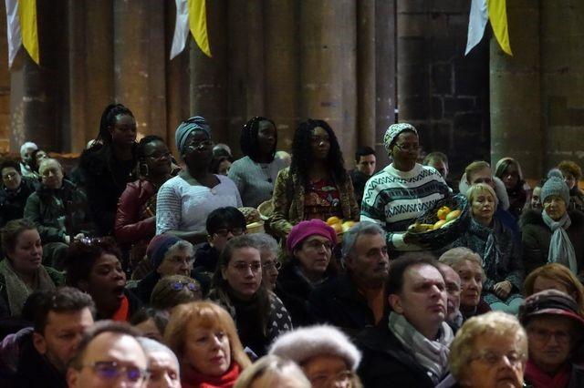 Fête des peuples Metz 2020. Cathédrale de Metz, messe des peuples 2020, procession des offrandes.