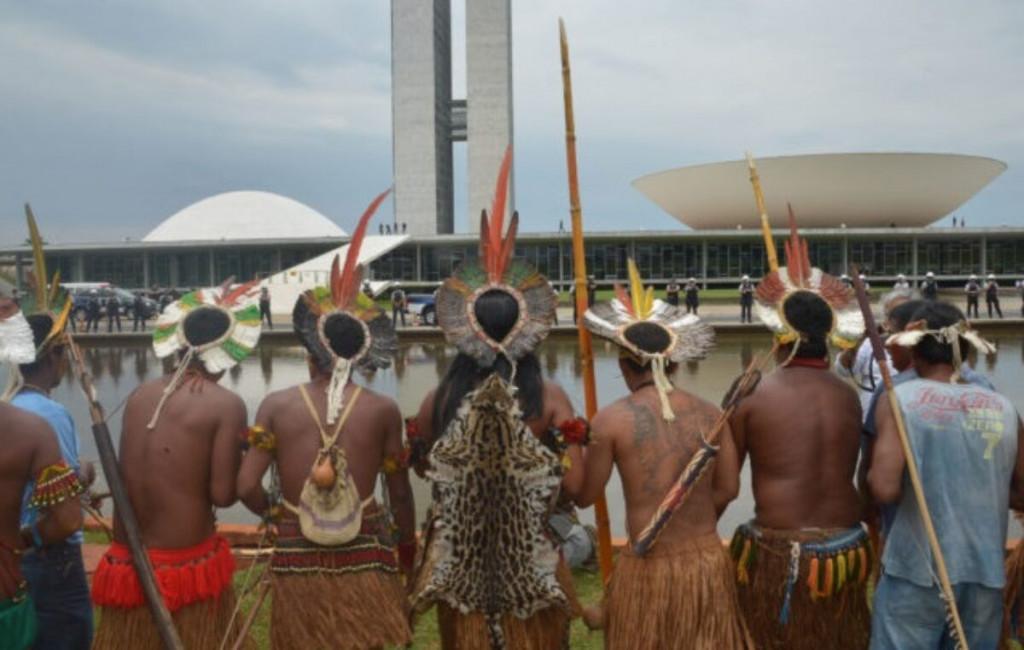 CNBB : Lettre ouverte au Congrès national. Représentants des peuples indigènes devant le congrès, à Brasília.