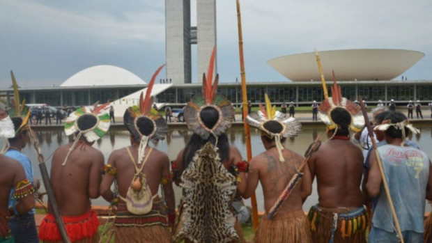 Représentants des peuples indigènes devant le congrès, à Brasília.