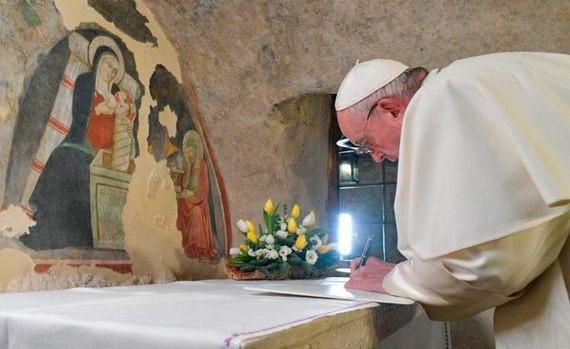 """Le pape signant la nouvelle encyclique """"Fratteli tutti"""", le 3 octobre à Assis."""