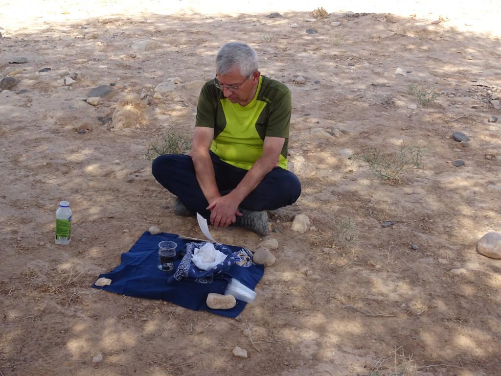 Antoine_Sondag. Le père Antoine Sondag célébrant l'Eucharistie dans le désert du Néguev, en Terre Sainte, en 2018.