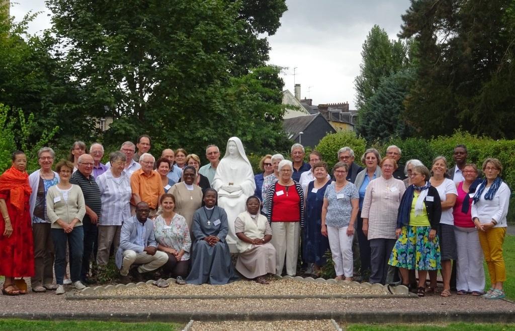 Universite18_Groupe. Le père Antoine Sondag, entouré des participants à l'université d'été de la Mission universelle, en 2018, à Lisieux.